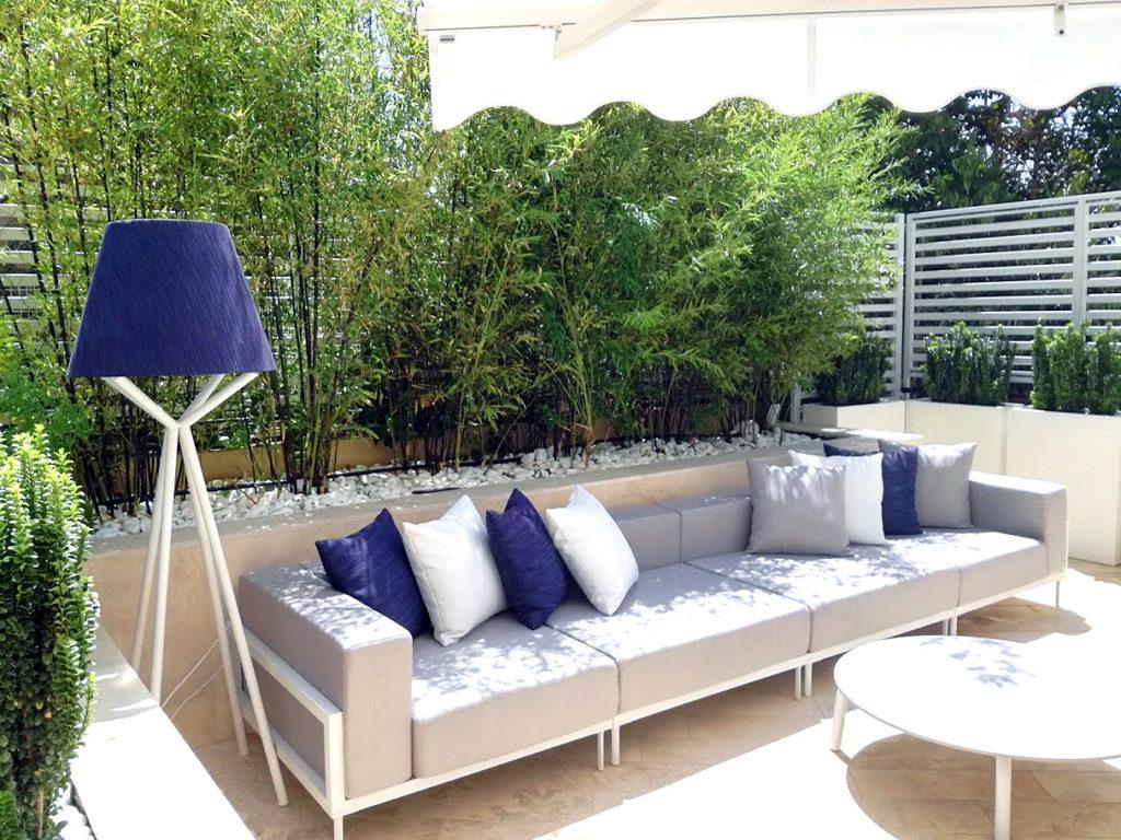 Progettazione giardini. Divano e bamboo. Paesaggista Daniele Proietti. Progettazione giardini Milano e Roma.