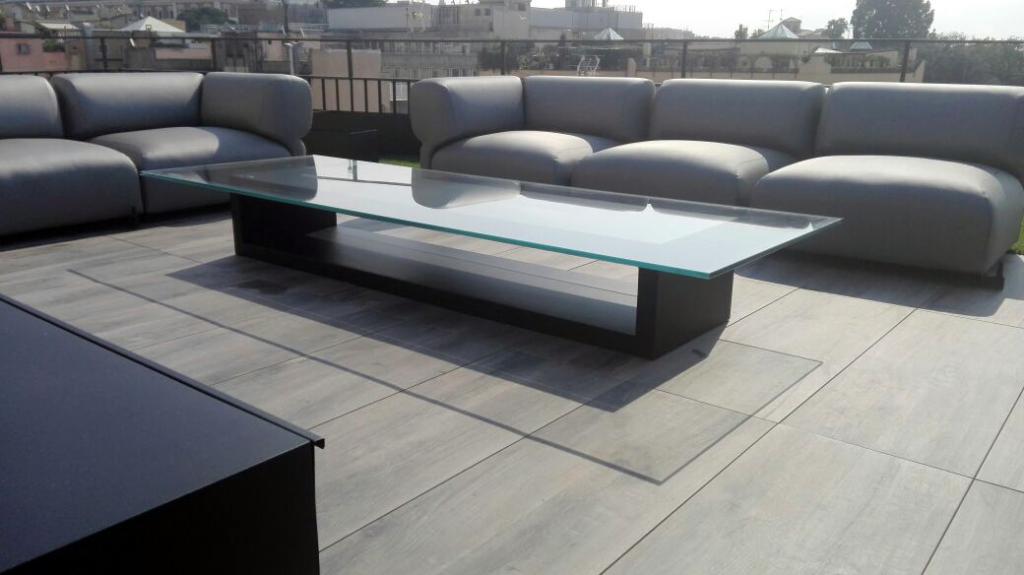 Arredamento per terrazzi Milano e Roma. Tavolo in vetro e divano da esterno. Salvatore Gagliano.