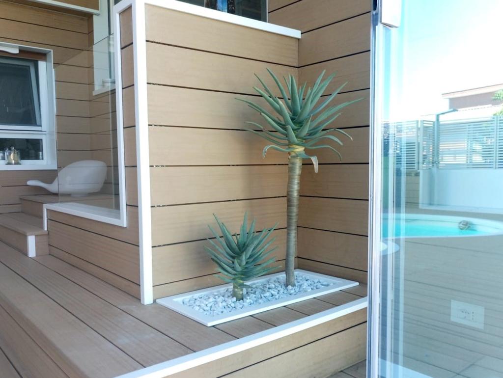 Arredo per terrazzi di design con cladding e piante. Ornus è presente a Roma e Milano. Daniele Proietti e Salvatore Gagliano. Ornus.
